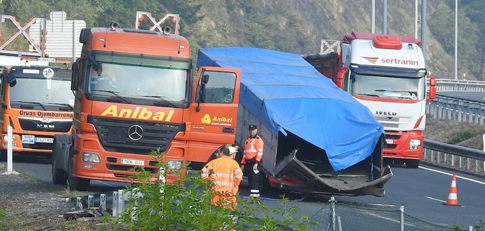 Un camión pierde las bobinas a su paso por Arrigorriaga y provoca retenciones kilométricas a primera hora