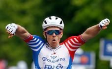 Démare se lleva otro sprint con caída en el Giro