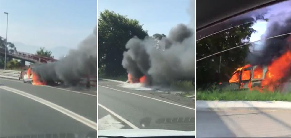 Una furgoneta baja 100 metros por Santo Domingo sin conductor y envuelta en fuego