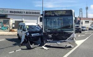 Cuatro heridos al chocar una furgoneta y un autobús urbano de Vitoria