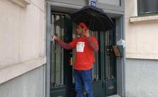 Ganemos Goazen buzonea a pie por Bilbao 30.000 papeletas sin sobres por falta de presupuesto