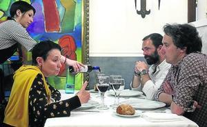 En torno a una mesa con Jone Goirizelaia