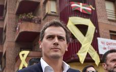Simpatizantes de izquierda abertzale reciben a Rivera en el pueblo de Ternera al grito de fascista y con lazos amarillos