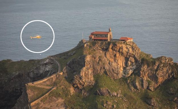 El helicóptero que causó alarma en Bilbao trabaja ahora en las obras de restauración de Gaztelugatxe