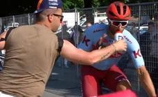 El enfado de un ciclista cuando un aficionado le quita un botellín de la boca