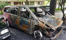 Tres vehículos dañados por un incendio en Getxo
