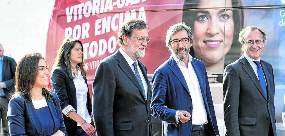 «El 28-A ya pasó. Ahora toca mirar al futuro», arenga Rajoy al PP vasco en Vitoria