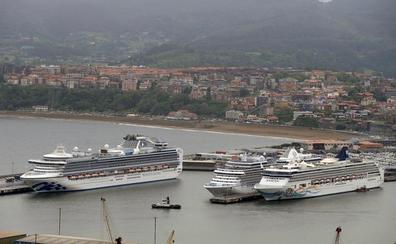 Los 6.400 turistas de los cuatro cruceros llegados hoy abarrotan el Guggenheim