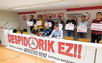 Un centenar de trabajadores de Mercedes Vitoria se concentran para apoyar a los tres despedidos