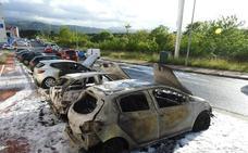 El fuego calcina tres coches en Derio