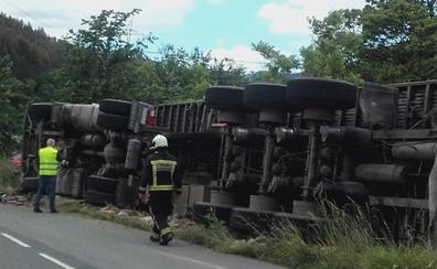 El conductor de un camión resulta herido tras volcar en Okendo