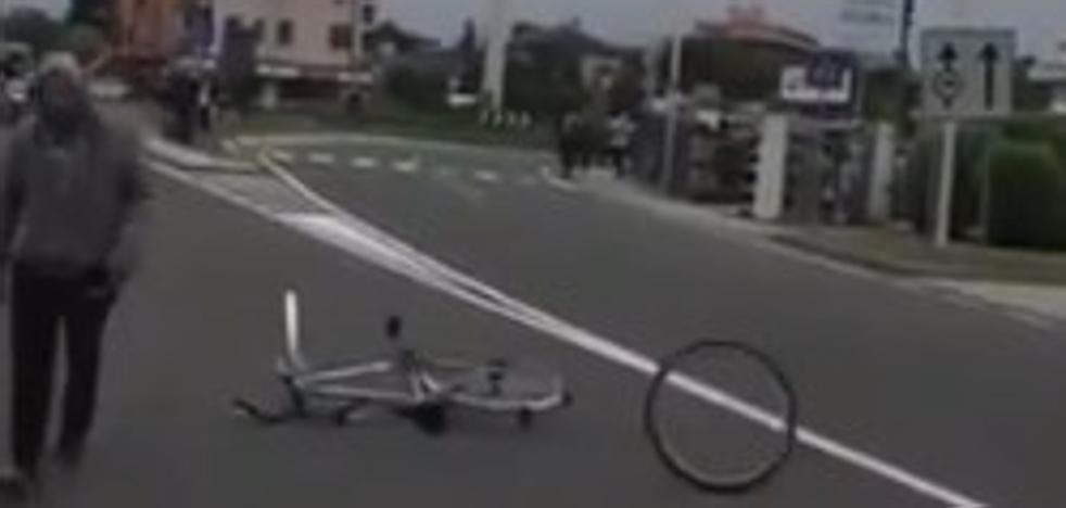 Tira una bicicleta en la carretera justo antes de que pasen los ciclistas