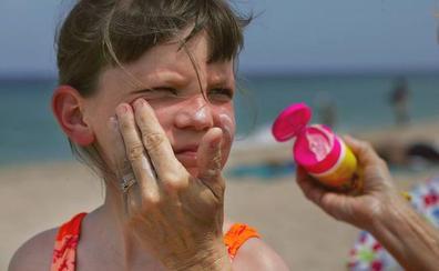 La OCU pide la retirada de dos cremas solares infantiles por dar menor protección de la anunciada