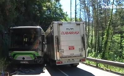 Trece heridos leves en un accidente entre un autobús y un camión en Mendata