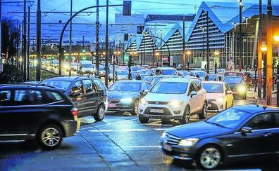 Vitoria tiene más coches que nunca pese a las políticas para impulsar el transporte público