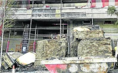 El incendio «intencionado» de un contenedor obliga a desalojar a 20 vecinos de Txurdinaga