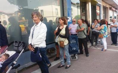 Indignación en Gorliz por las colas para pagar los abonos de la OTA