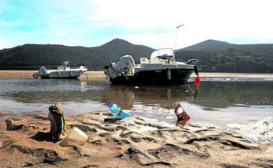 Una marea humana declara la guerra al plástico en el corazón de Urdaibai