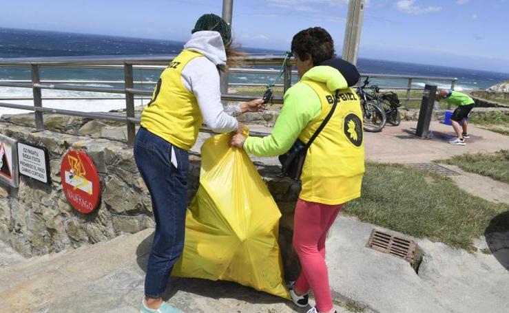 Recogida de plásticos en la playa de Barrika