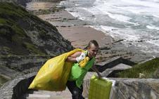 1.800 kilos menos de basura en la playa de Barrika