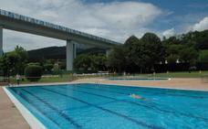 Personas usuarias de las piscinas de Tabira reivindican un transporte público en verano