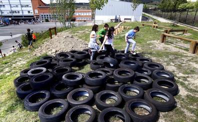La escuela de Ribabellosa inaugura un patio de juegos conectados a la tierra