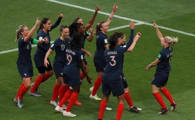 La gran fiesta del fútbol femenino se abre con una goleada del anfitrión