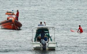 Remolcan una embarcación que había encallado en Ereaga