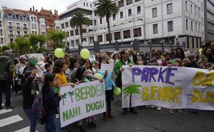 Unas doscientas personas protestan contra la nueva sede del Obispado en Bilbao