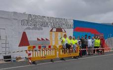 El barrio de Larrazabal reivindica su pluralidad con un mural
