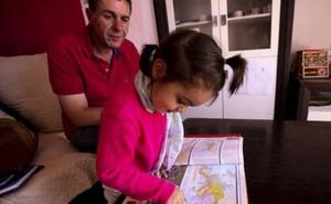 La granadina de 2 años que toca el piano, escribe poesía y todavía lleva pañales