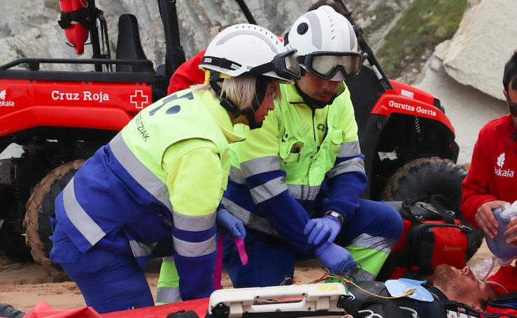 Simulacro de rescate en la playa de Sopela