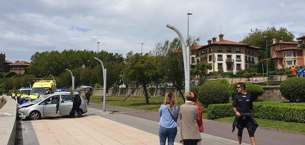 Se estampa en el paseo peatonal de Las Arenas con su hijo en el coche y da positivo