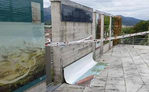 Destrozan a pedradas uno de los seis paneles del museo al aire libre de la Casa de Juntas de Gerediaga en Abadiño