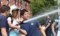 Los bomberos hacen felices a los niños ingresados en Basurto