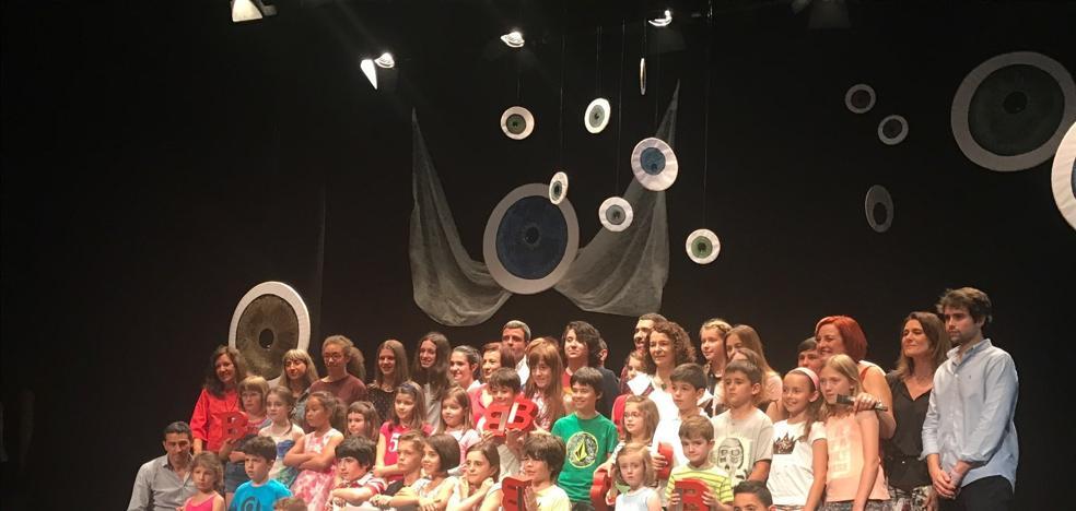 Jóvenes con tablas en el teatro