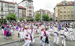 Cientos de dantzaris toman Vitoria