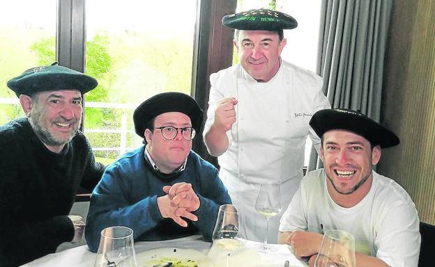 Karra Elejalde, Pablo Pineda, Martín Berasategui y El Langui, en 'Donde comen dos'./r. c.