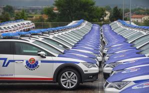El Parlamento insta al Gobierno vasco a reformar los 'Seat León' para que quepan los ertzainas