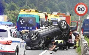 Dos personas heridas al chocar con la mediana y volcar con su coche en Etxebarri