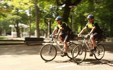 Los 'bicipolis' ya circulan por Vitoria
