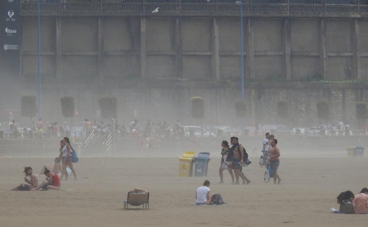 Desbandada en las playas vizcaínas ante el fuerte viento y el brusco descenso de temperaturas