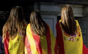Denuncian a una profesora en Barcelona por agredir a una alumna que dibujó banderas de España
