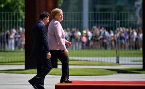 Los extraños temblores de Angela Merkel en un acto oficial desatan los rumores sobre su salud