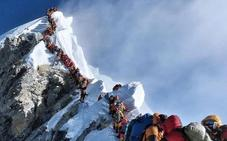 885 ascensos al Everest en un mes