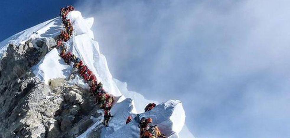 885 ascensos al Everest en un mes