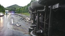 Un vuelco de un camión en Zaldibar colapsa la A-8