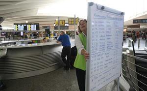Pizarras y rotuladores para informar de los vuelos en Loiu durante tres horas por un fallo informático