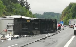 Un camión volcado en la A-8 en Zaldibar provoca casi siete horas de retenciones
