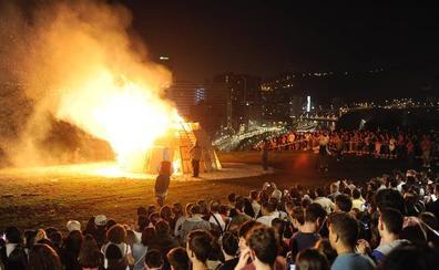 El fuego de las hogueras 'ilumina' Bizkaia